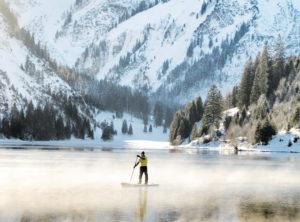 SUP im Nebel: Der Vilsalpsee im Tannheimer Tal ist umringt von Bergen.