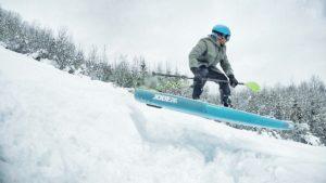 Abgehoben: Wer sich traut, kann beim SUP-Snowboarding ein paar Sprünge wagen.