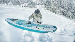 Powdern mit SUP-Board? Yeah! Macht vielleicht sogar noch mehr Spaß als auf dem Wasser.