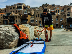 Board ausrollen, pumpen und los geht's! Mit dem eigenen Stand Up Paddle Board kann man paddeln wo und wann man möchte.