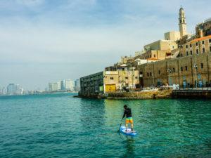 Paddeln zwischen Geschichte und Moderne: Vom alten Hafen in Jaffa geht's Richtung der Skyline von Tel Aviv.