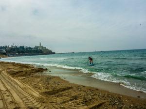 Surf'n'SUP: Entlang der Beachfront in Tel Aviv kann man versuchen, ein paar Wellen zu reiten. Wenn man's drauf hat. Ich muss noch üben.
