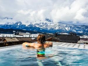 Mega-Aussicht: Im Infiniti-Pool kann man die Berge und Umgebung vom warmen Wasser aus genießen.