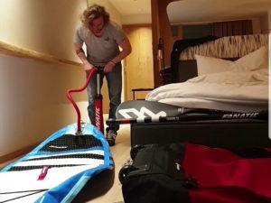 Pump it, baby: Um nicht unnötig aufzufallen, habe ich mein Board lieber im Hotelzimmer aufgepumpt.