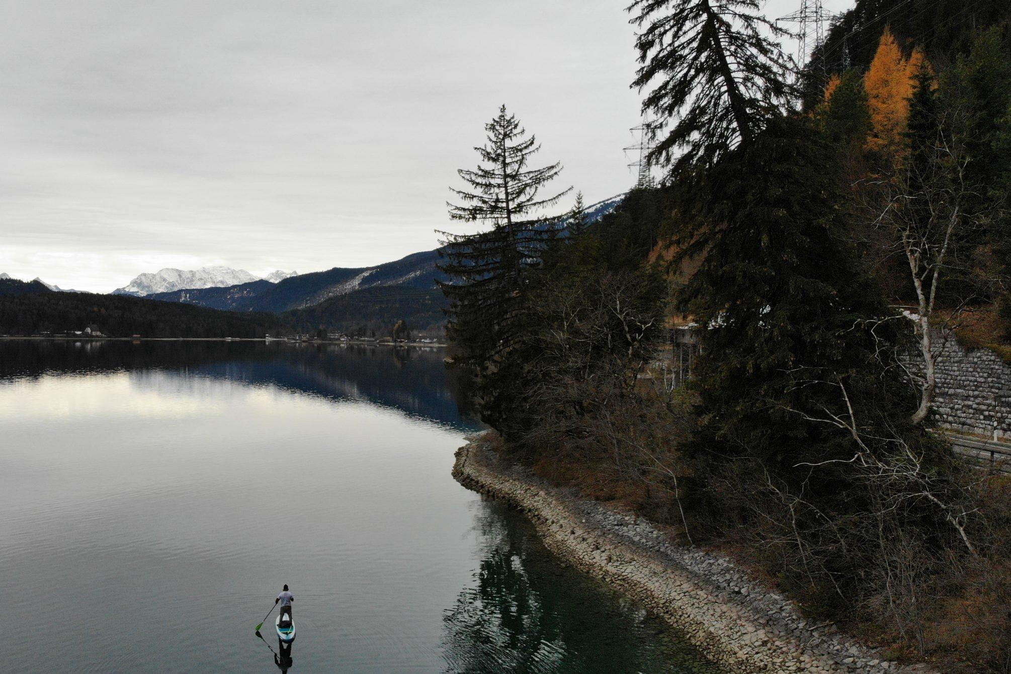 Der Walchensee ist der tiefste See in Bayern - und auch im Herbst ein Paddle-Paradies.