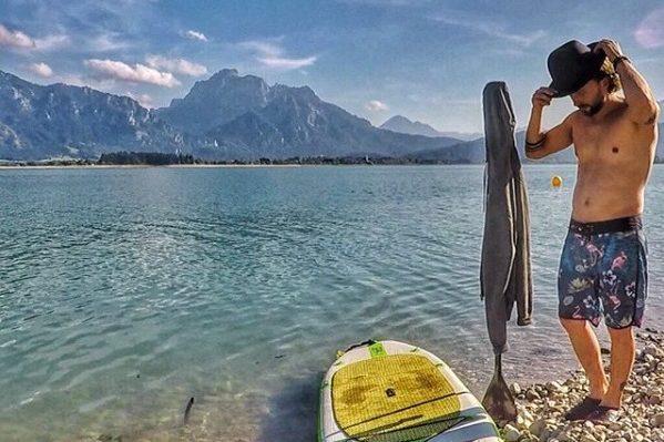 Echt königlich: Beim Paddeln auf dem Forggensee hat einen grandiosen Blick auf das Märchenschloss Neuschwanstein.